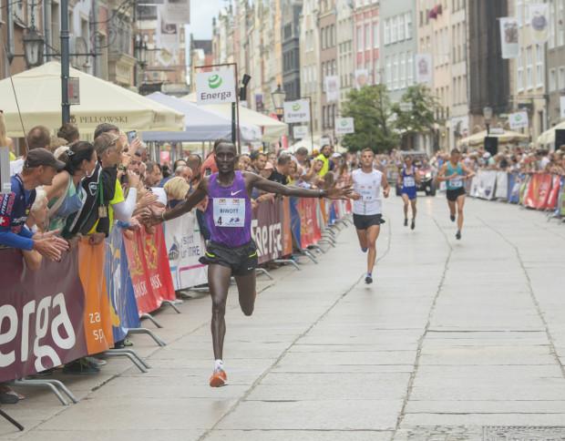Wycliffe Biwott z Kenii na mecie biegu elity na 10 km.