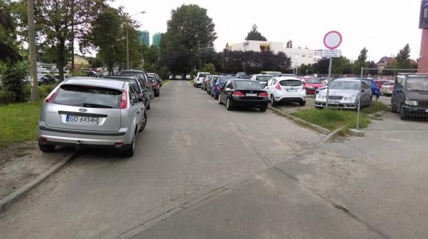 """Zdaniem Straży Miejskiej oznakowanie widocznego na zdjęciu fragmentu drogi """"nie daje jednoznacznej podstawy prawnej do zlecenia odholowania pozostawionego tam auta""""."""
