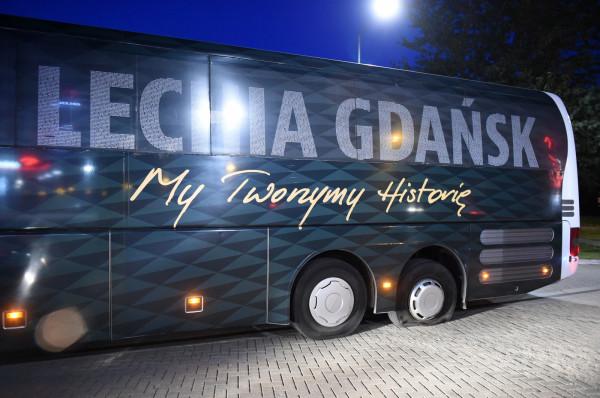 Autokar Lechii Gdańsk unieruchomiony w Bytowie.