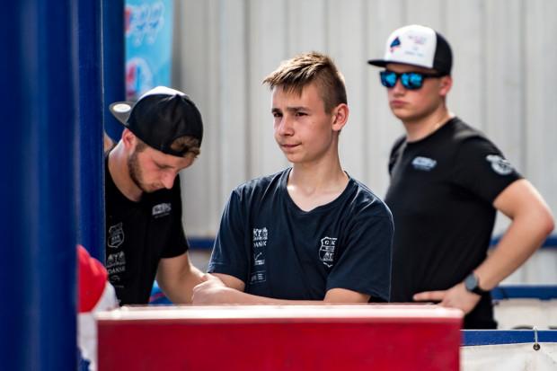 Karol Żupiński nie może jeszcze ścigać się w rozgrywkach ligowych, gdyż nie ukończył 16. roku życia. Tymczasem w Rzeszowie zaprezentował lepszą dyspozycję niż jego starsi koledzy z Wybrzeża.