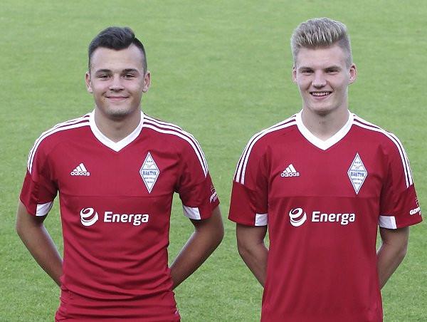 Od nowego sezonu piłkarze Bałtyku grać będą z logiem Grupy Energa na koszulkach. Na zdjęciu Dominik Klecha i Cezary Gołubiński.