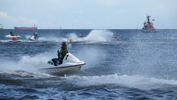 Skutery są jednostkami szybkimi i zwrotnymi, a nieoczekiwane zakręty i zmiany prędkości mogą stanowić zagrożenie dla innych wypoczywających na wodzie.