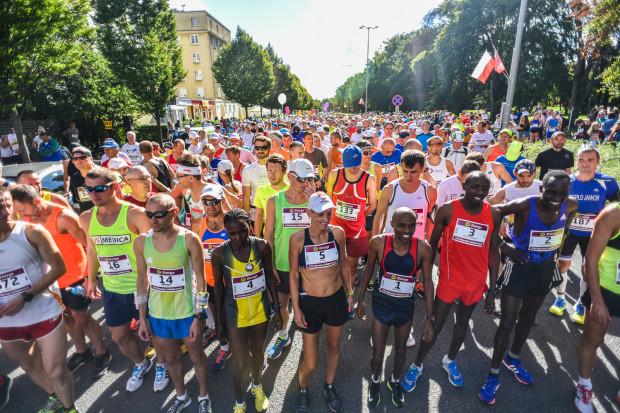 """Maraton """"Solidarności"""" ze względu na termin nie należy do biegów o największej frekwencji, ale może pochwalić się tym, że chętnie startuje w nim międzynarodowe towarzystwo. Tradycyjnie spodziewani są obywatele z około 30 państw."""