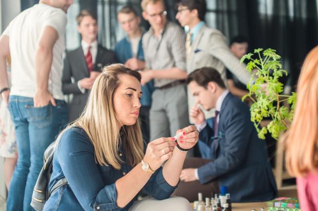 Uczestnicy spotkania nie tylko mogli w kameralnym gronie porozmawiać o ulubionych zapachach. Mogli także własnoręcznie stworzyć unikalną kompozycję.