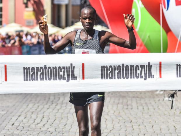 Benard Kipkorir Talam dobiega jako pierwszy do mety trójmiejskiego maratonu.
