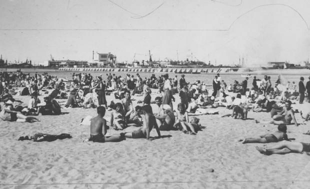 Wypoczywający na plaży w Gdyni w okresie międzywojennym.