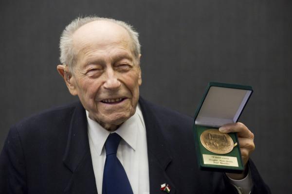Stefan Elek odbiera medal Prezydenta Miasta Gdańska w marcu 2016 roku.
