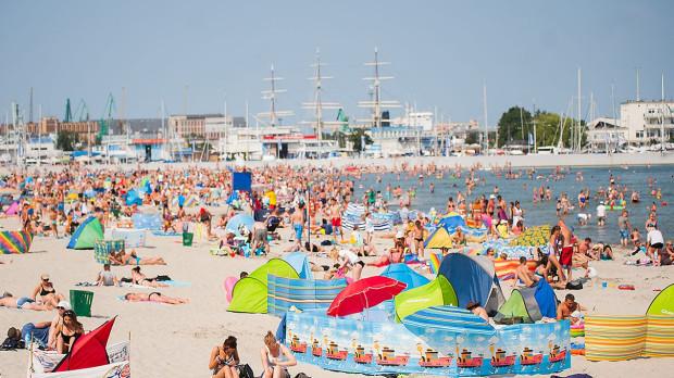 Plaża miejska w śródmieściu Gdyni niemal zawsze jest pełna zażywających letniego słońca.
