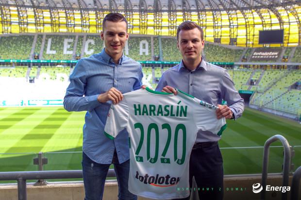 Lukas Haraslin (z lewej) w czwartek przedłużył umowę z Lechią Gdańsk. Na zdjęciu z dyrektorem sportowym Januszem Melaniukiem.