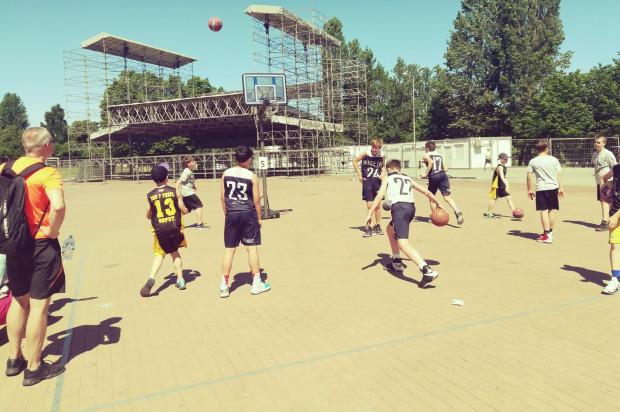 Fani koszykówki ulicznej ponownie zagoszczą na Placu Zebrań Ludowych.