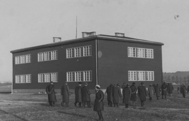 Budynek szkoły powszechnej w Małym Kacku. Zdjęcie z 1937 r.