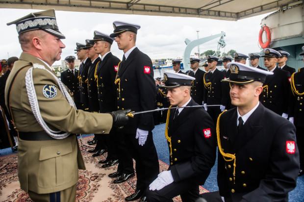 """Promocja oficerska absolwentów Akademii Marynarki Wojennej miała miejsce na pokładzie historycznego niszczyciela ORP """"Błyskawica""""."""