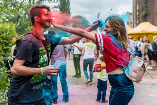 Imprezy z kolorowym proszkiem stały się niezwykle popularne.