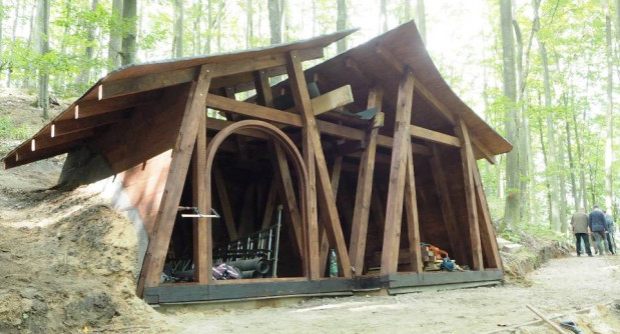 W Marszewie postępują prace budowlane. Na zdjęciu jeden z nowych domków stylizowanych na hobbicie nory.