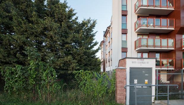 Tutaj będzie zlokalizowane wejście do nowego parku. Po prawej budynek Wita Stwosza 81.