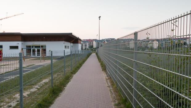 Czy przejście na tyłach nowej zabudowy będzie wyglądało podobnie jak chodnik na Południu? Projekt planu dopuszcza takie rozwiązanie.