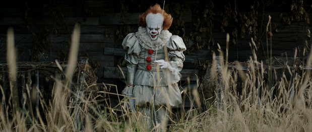 """Tytułowe """"To"""" najczęściej przyjmuje formę demonicznego klauna, który terroryzuje mieszkańców prowincjonalnego miasteczka Derry. W postać znakomicie wcielił się pochodzący ze Szwecji Bill Skarsgard."""