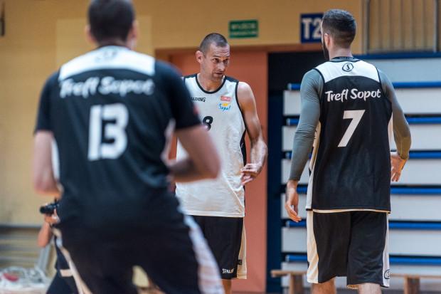 Filip Dylewicz (nr 8) i Nikola Marković pokazali w zeszłym sezonie, że mogą przebywać razem na boisku. Teraz trener stara się wkomponować do nich także Stephena Zacka.