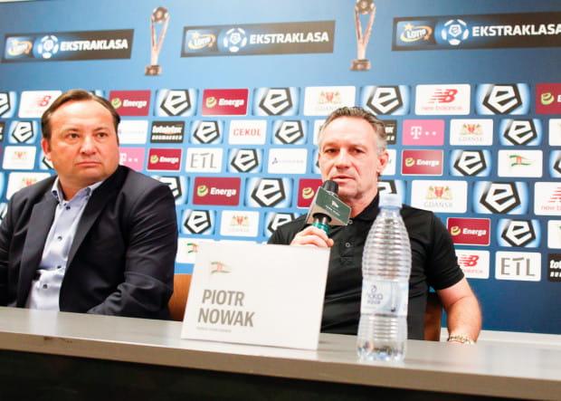 Adam Mandziara (z lewej) krytycznie ocenia wyniki Lechii w tym sezonie, ale zapewnia, że gdy zacznie szukanie winnych to Piotr Nowak (z prawej) nie będzie na czele tej listy. Kłopoty mogą mieć zawodzący piłkarze.