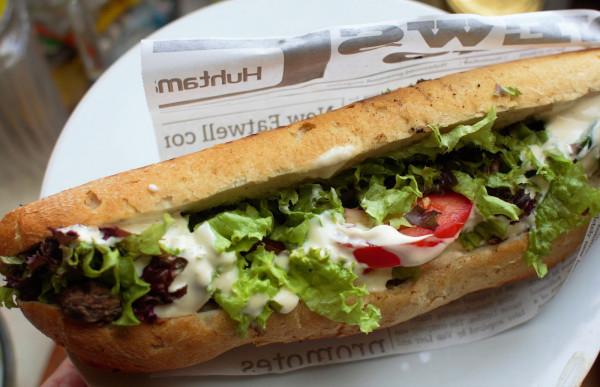 Opiekany sandwich z pieczoną polędwicą wołową