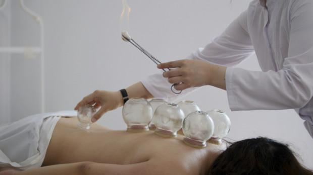 Tradycyjna Medycyna Chińska ma wielu zwolenników i przeciwników. Pierwsi uważają, że pomaga zachować zdrowie, drudzy, że szkoda na nią czasu.