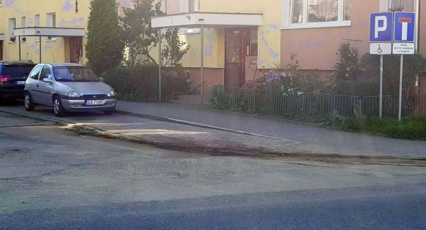 Koperty dla niepełnosprawnych na Obłużu nie są wymalowane na niebiesko, więc kierowcy bez uprawnień mogą próbować na nich parkować.