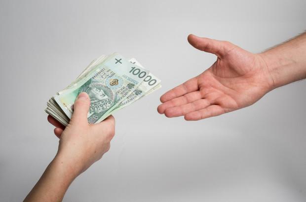 Gdańska prokuratura prowadzi od 2012 roku postępowanie w sprawie doprowadzenia do niekorzystnego rozporządzenia mieniem przy zawieraniu przedwstępnych umów pożyczki oferowanych przez Pomocną Pożyczkę.