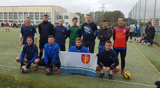 Głównym założeniem Gdyńskiej Ligi Minifutbolu jest bezpłatny udział w rozgrywkach. Dlatego mecze w zdecydowanej większości odbywają się na ogólnodostępnych boiskach.