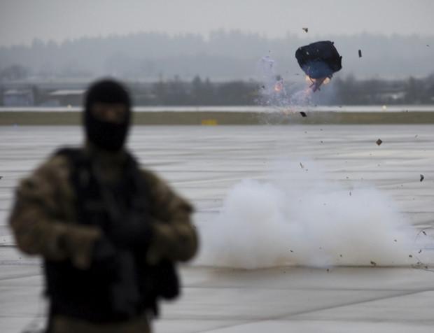 Na zdjęciu pokaz neutralizacji podejrzanego bagażu w Porcie Lotniczym Gdańsk.