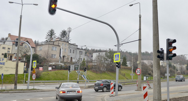 Strefa Tempo 30 na Małym Kacku ma przyczynić się do poprawy bezpieczeństwa na dzielnicowych ulicach. Na zdjęciu skrzyżowanie Łowickiej i Wielkopolskiej, krótko po zamontowaniu świateł.