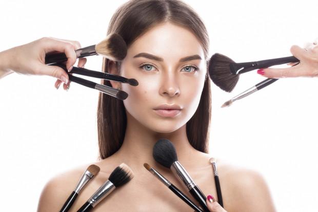 Prawdopodobnie do wykonania makijażu nie potrzebujesz całego arsenału pędzli zamkniętych w skórzanym etui. Rozbudowany zestaw malarza-artysty można zastąpić kilkoma wielozadaniowymi pędzlami, które pozwolą łatwo wykonać makijaż.