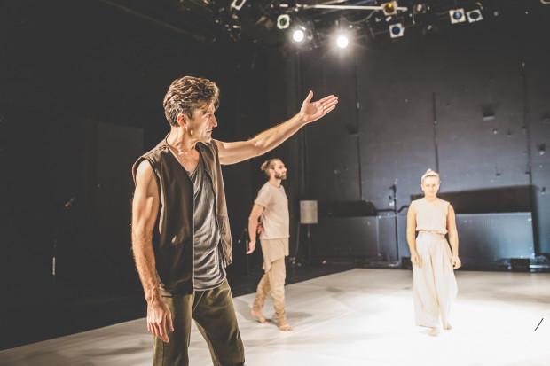 Tym razem artyści Teatru Dada stawiają na inscenizacyjny minimalizm i taniec współczesny pozbawiony inscenizacyjnych niespodzianek. Na pierwszym planie Leszek Bzdyl.