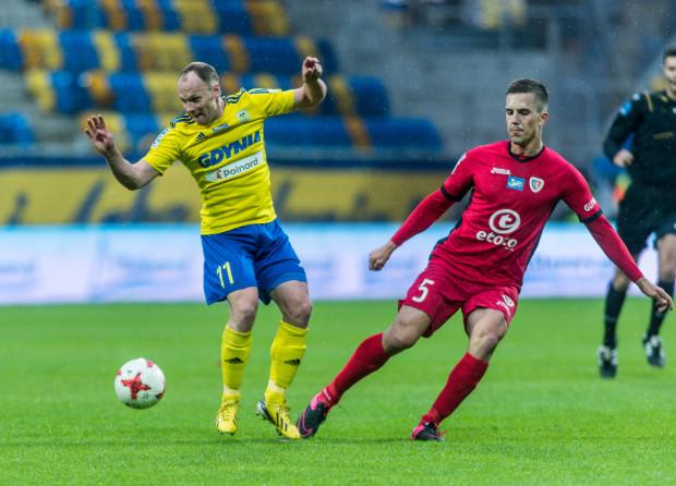 Rafał Siemaszko zdobył jednego gola w Gliwicach. Na zdjęciu napastnik Arki Gdynia w pojedynku z Marcinem Pietrowskim.