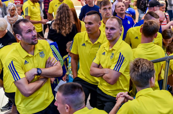 Pavels Steinbors (z lewej) zachował czyste konto, a Rafał Siemaszko (z prawej) po podaniu Dawida Sołdeckiego (w środku) strzelił gola. Taka była recepta na pierwsza wyjazdowe zwycięstwo w tym sezonie Arki Gdynia.