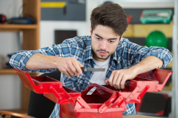 Skrzynka z narzędziami. Trudno wykonać choćby najdrobniejsze prace w domu czy przy samochodzie, jeśli nie posiadamy podstawowych narzędzi. Zazwyczaj z czasem przybywa tu przydatnych drobiazgów.