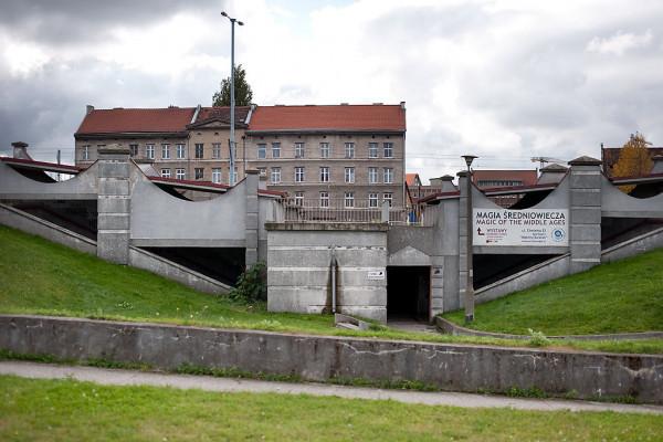 Jako pierwsze przebudowane zostanie skrzyżowanie Podwala Przedmiejskiego z ul. Chmielną. Dzięki naziemnemu przejściu piesi nie będą musieli schodzić do widocznego na zdjęciu tunelu.