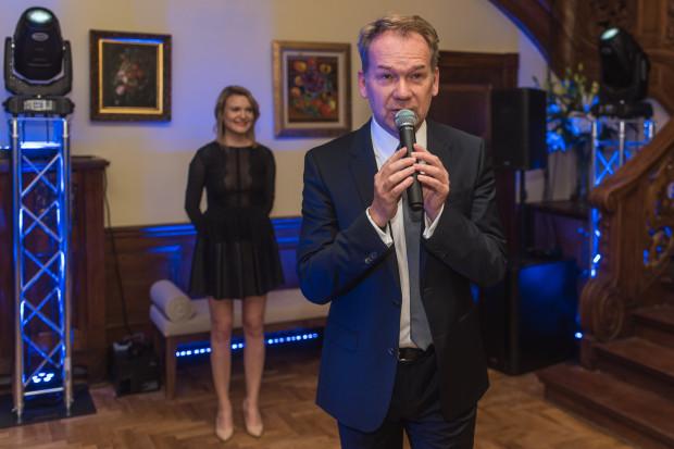 Aktor Mirosław Baka powitał gości i opowiedział o historii willi, w której mieści się Majolika.