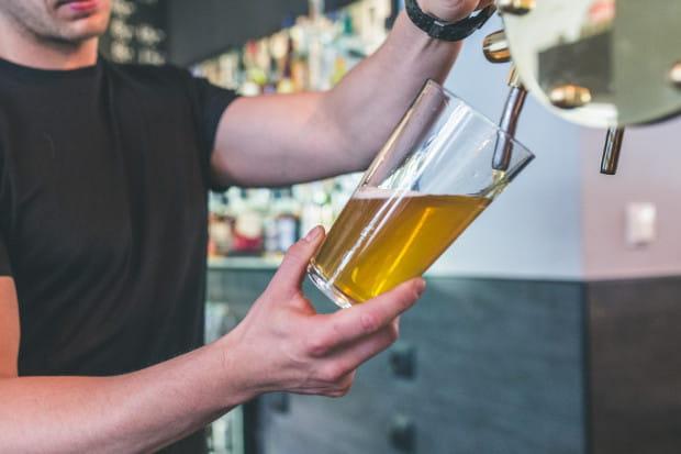 W najbliższy weekend nadarzy się okazja do sprawdzenia swojej piwnej kondycji. Jeśli ktoś zamierza w tym czasie krążyć od pubu do pubu, może wziąć udział w Chmielatonie. Na jego trasie znajdzie się osiem lokali, które należy odwiedzić, zamówić w nich piwo i dostać od barmana pieczątkę.