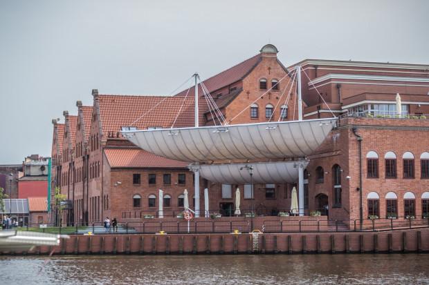 Amfiteatr przed Filharmonią Bałtycką rozpoczął swą działalność artystyczną w 1997 roku, a ostatni koncert odbył się tam w maju 2011 roku.