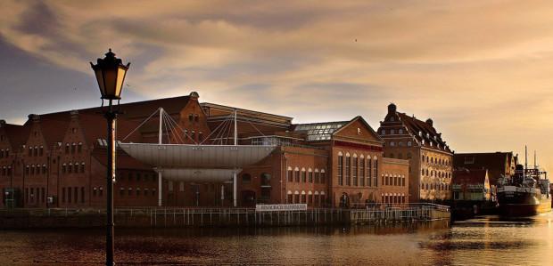 Koncepcja i forma architektoniczna samego amfiteatru to bezpośrednie nawiązanie do żaglowca. Wizja ta łączyła miejsce - rzekę Motławę i przepływające żaglowce oraz Gdańsk - historyczne miasto portowe. Dzięki żaglowcom kojarzonym również z morzem (Bałtykiem) nawiązano do nazwy Filharmonia Bałtycka.