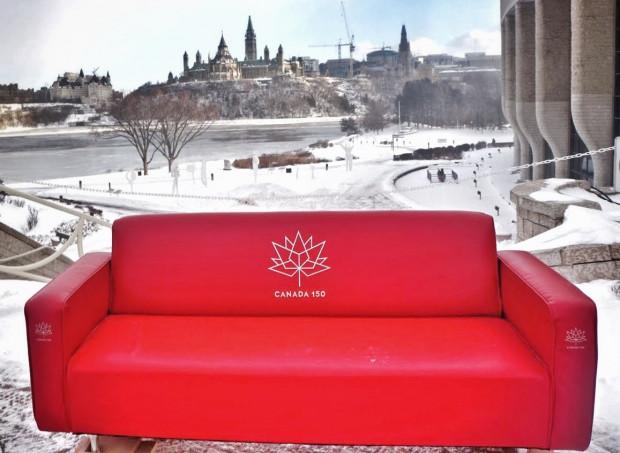 """Projekt """"Red Couch Tour"""". Muzeum Emigracji w Gdyni."""