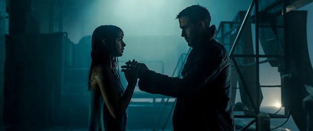 """Nowa odsłona """"Blade Runnera"""" skupia się ponownie na poszukiwaniach człowieczeństwa zarówno w samym człowieku, jak i jego tworach. To również inteligentna i kameralna w przesłaniu opowieść o uczuciach, samotności i poszukiwaniach tożsamości."""
