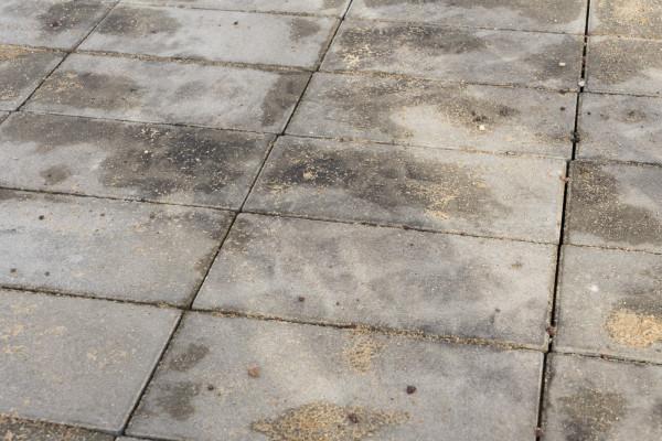 Wykonanie przerwań z betonowej kostki nie pozwala przydzielićoceny maksymalnej. W doświadczenia wynika, że po kilku latach tworząsięw takim przypadku nierówności, które utrudniają poruszanie sięzwłaszcza na małych kółkach, czyli deskorolce, hulajnodze lub na rolkach.  Zakaz stosowania nawierzchni z kostki betonowej na DDR wynika z zwiększonego zapotrzebowania energetyczne użytkownika z powodu szorstkiej i nierównej powierzchni w porównaniu z jazdą po gładkich i równych nawierzchniach asfaltowych. Z biegiem czasu kostki betonowe mogą się zapadać, prowadząc do deformacji i utrudnień jazdy.  Jest to pewnego rodzaju kompromis z potrzebami pieszych i to można zaakceptować, jednak byćmoże w przyszłości uda sięznaleźć bardziej trwałe rozwiązanie, bardziej odpowiednie dla rowerzystów i rolkarzy.