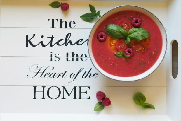 Gazpacho z pomidorów i malin to dobre rozwiązanie na kaca - dostarcza sporo witaminy C i mnóstwo potasu.