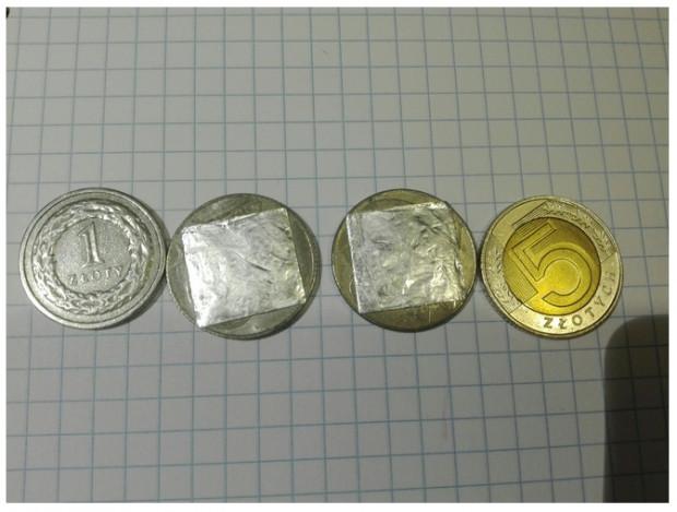 Podrobione monety wielkością i wagą przypominają obecne złotówki o nominale 1 i 5 zł.