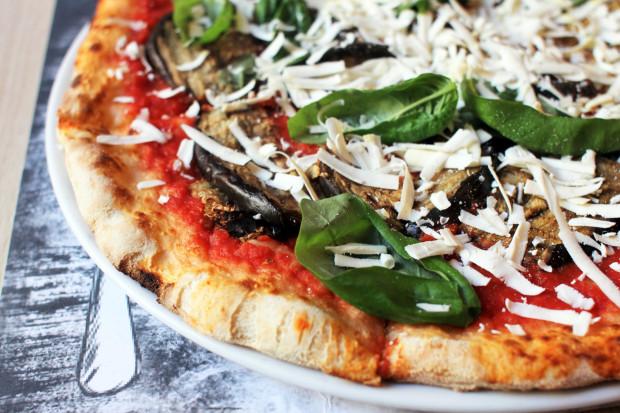 Pizza Norma - sos pomidorowy, bakłażan, twaróg włoski ricotta, świeża bazylia.