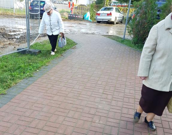 Pochodzące z budowy błoto utrudnia poruszanie się po okolicy mieszkańcom i pacjentom pobliskiej przychodni przy ul. Lema na Morenie.