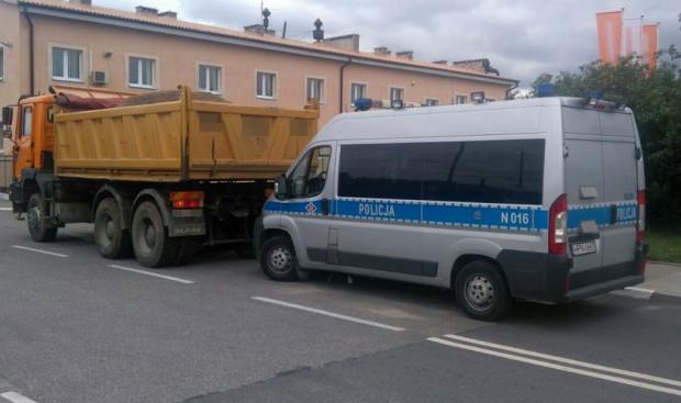Kontrola policyjna pojazdu ciężarowego podczas czwartkowej akcji policji.