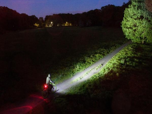 Odpowiednia lampka rowerowa rozświetli każdą drogę