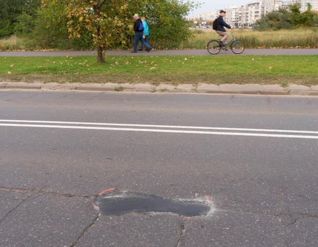 Po naszej ponownej interwencji niebezpieczny ubytek nawierzchni został uzupełniony i to warto GZDiZ-owi zaliczyćna plus. Niestety na ulicy Hynka jest jeszcze sporo innych dziur, niektóre z nich irytujące, niektóre w różnym stopniu dla rowerzystów niebezpieczne.